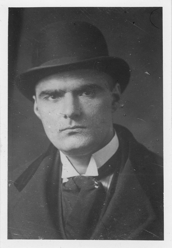 NAF 11_1_2 Dmitrije Mitrinovic 1920 portrait wearing hat